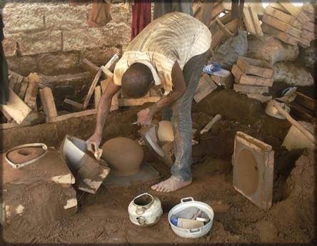 Un artisan camerounais au travail
