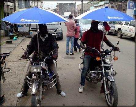 deux motos avec parapluie