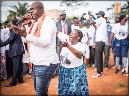 Longuè Longuè chante lors de la campagne électorale de Akere Muna