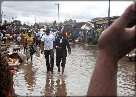 Maurice Kamto les pieds dans l'eau lors de la campagne électorale