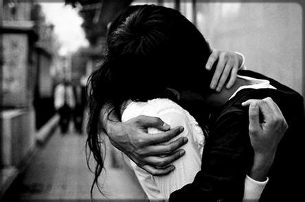 une homme qui embrasse amoureusement une femme