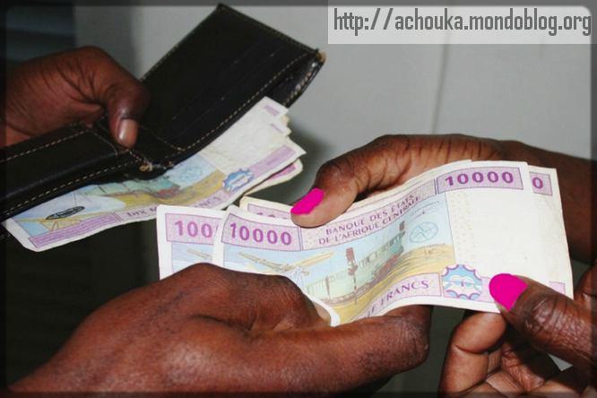 un homme qui donne l'argent à une femme