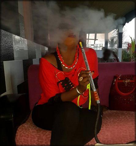 Une femme black qui fume la chicha