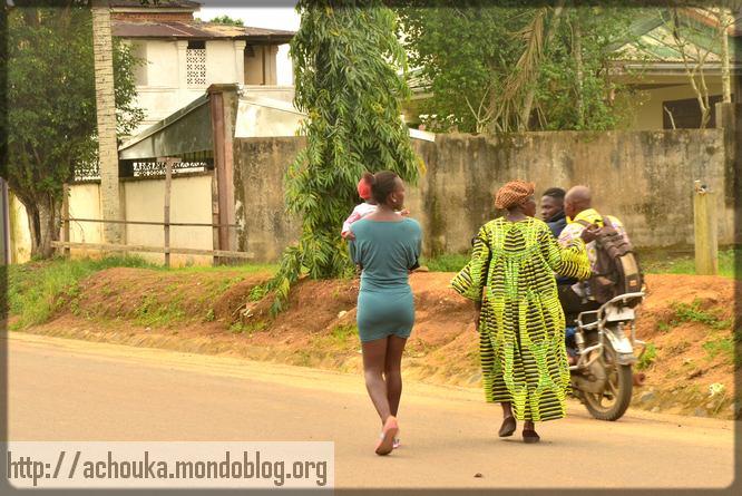 deux femmes qui marchent à Dibombari