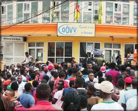 une foule devant le supermarché Dôvv à Yaoundé