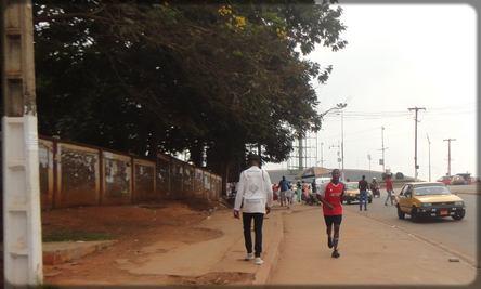 un habitant de Yaoundé qui fait du sport