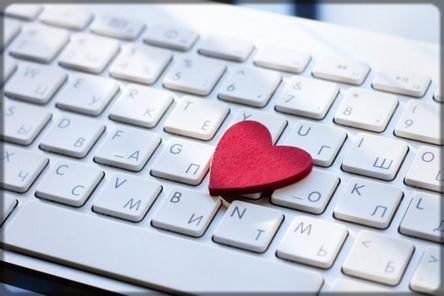 un cœur sur un clavier d'ordinateur