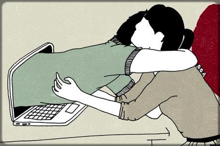 une femme sort de l'ordinateur pour embrasser un homme