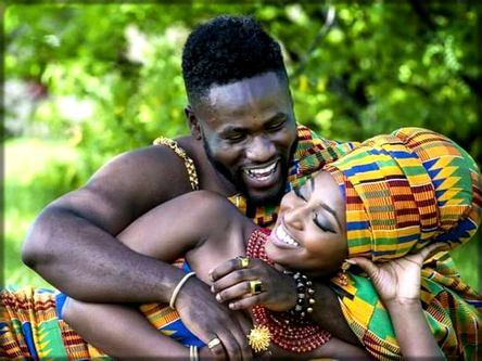 un homme rit avec une femme