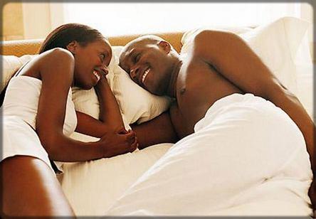 un homme avec une femme sur le lit