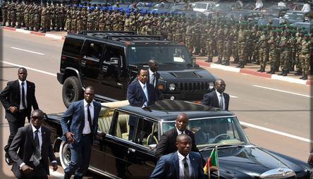 Paul Biya pendant le défilé du 20 mai