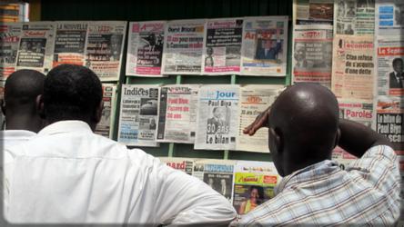 DesCamerounais devant les kiosques à journaux