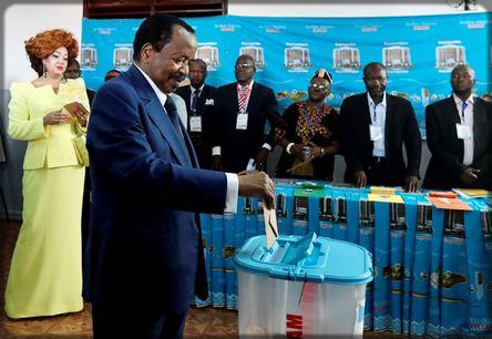 Paul Biya en train de votre lors de la présidentielle du 7 octobre 2018