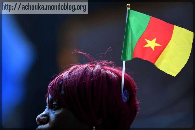 une femme avec le drapeau du Cameroun sur la tête