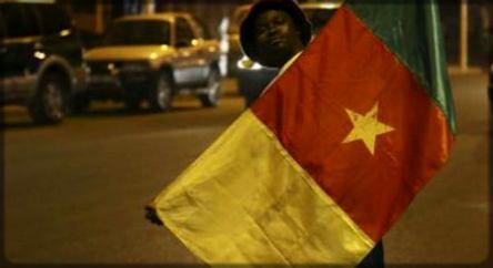 Un Camerounard avec le drapeau du Cameroun