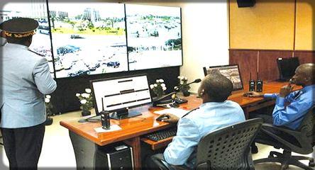 policiers camerounais devant les écrans de surveillance