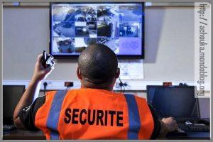 Un agent de sécurité en train de visionner les images de surveillance