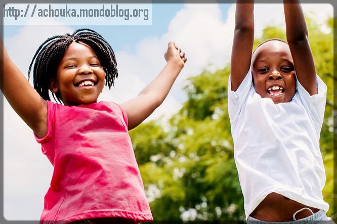 deux enfants qui s'amusent