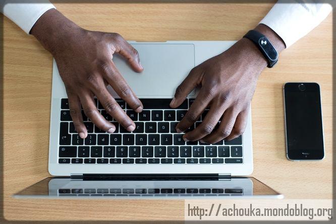 homme noir sur un ordinateur portable