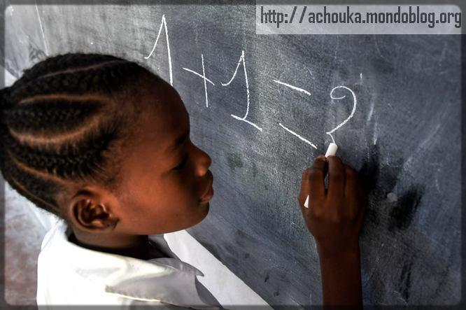 une élève qui calcule au tableau