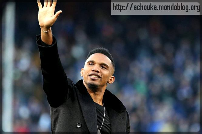Samuel Eto'o en civil dans un stade de football