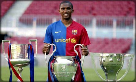 Samuel Eto'o présente ses trophées sous le maillot du FC Barcelone