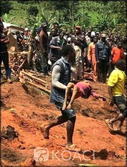 Un homme transportant un enfant décédé à Ngouaché