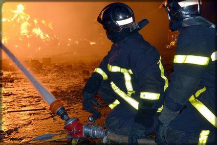 des pompiers combattant les flammes d'un incendie