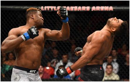 Francis Ngannou en plein combat MMA