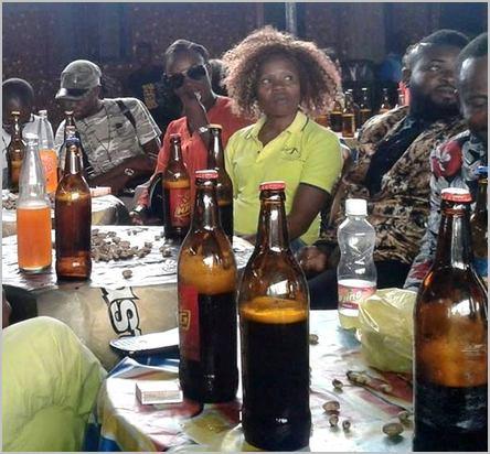 Des jeunes gens au bar avec des bières