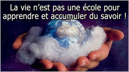 la planète Terre dans les mains