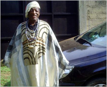 Deudjui Célestin en tenue traditionnelle