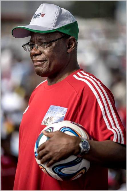 Maurice Kamto avec un ballon