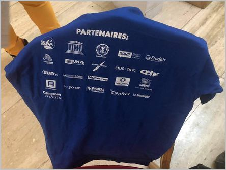 un t-shirt avec les partenaires du Sommet des blogueurs