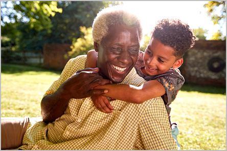 Vieil homme noir qui joue avec son petit-fils
