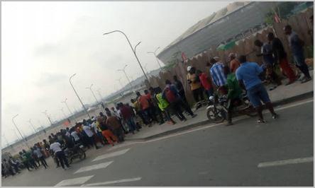 spectateurs devant le stade de Japoma