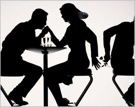 Une femme trompe son compagnon pendant qu'elle dîne avec lui