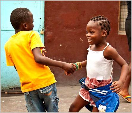 deux enfants qui dansent en riant