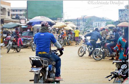 Carrefour de bendskineurs à Logpom-Bassong