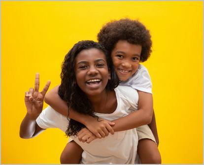 deux enfants souriants